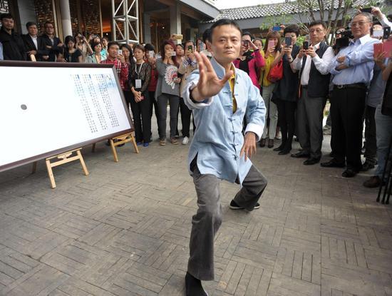 2013年5月,杭州太极禅,马云现场表演太极拳,一众企业家围观。