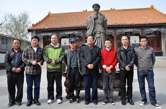 2010年4月,马云(右三)、李连杰(左四)和太极拳大师王西安(右四)在中国太极拳发源地―河南省温县陈家沟太极拳祖祠合影,后面的铜像是太极拳创始人―陈王廷雕塑。