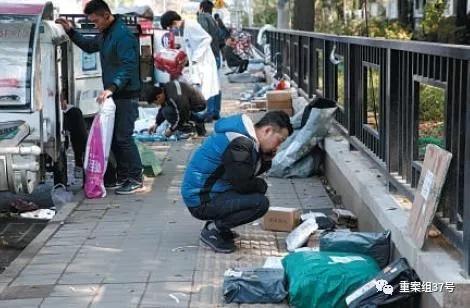 10月23日,北京,快递员正在清点快递。新京报记者 陶冉 摄
