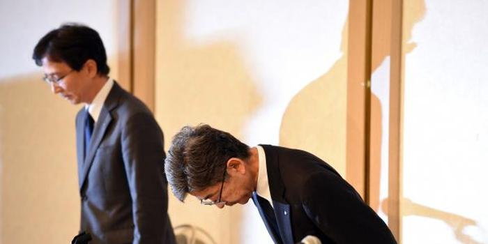 10月20日,在日本东京,日本神户制钢所(神钢)副社长梅原尚人(右)就其下属子公司篡改产品数据问题鞠躬致歉。新华社记者马平摄