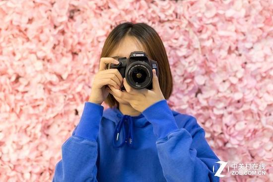 两款相机均具备小巧的体积,女性用户也可轻松握持