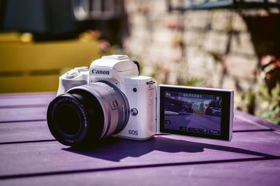 佳能EOS M50屏幕为侧翻式设计