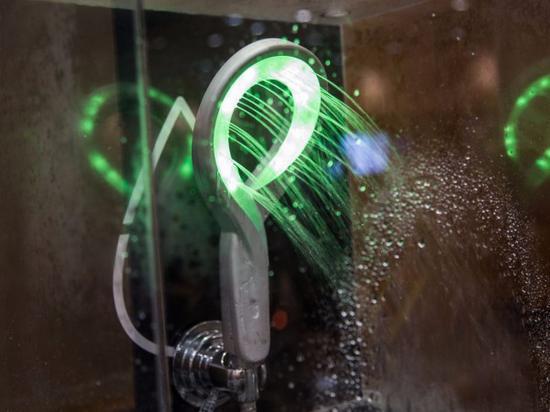 Hydrao First智能淋浴喷头可以通过LED灯告知用户的用水量。配对的应用可以根据用户的需要进行自定义设置,根据水量来激发不同的颜色,同时告诉你省了多少水。