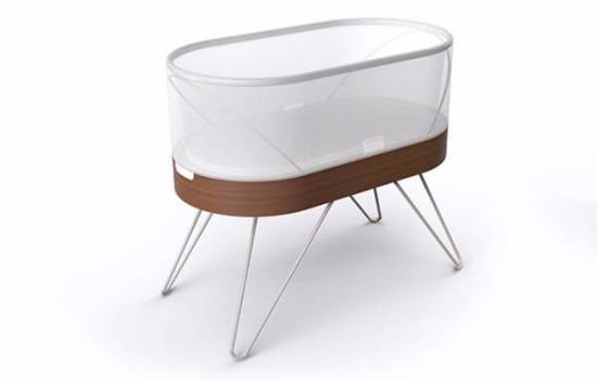 Happiest Baby Snoo智能婴儿床的售价高达1150美元,之所以价格如此高昂,原因主要有两点:其一是因为它可以通过一系列步骤模仿子宫的环境,包括营造安静的氛围,提供广阔的空间和白噪音,让婴儿慢慢入睡;其二是因为它由大腕级设计师伊凡