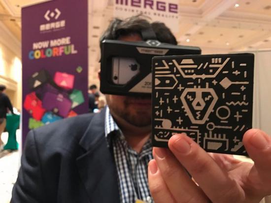 Holo Cube智能玩具可不但仅是一块泡沫!当你戴上虚拟现实头盔,手机的前置摄像头就能读取Holo Cube上面的图形,令其看上去就像是超级马里奥的硬币、漂浮的城市或是应用开发商想要展现的东西。