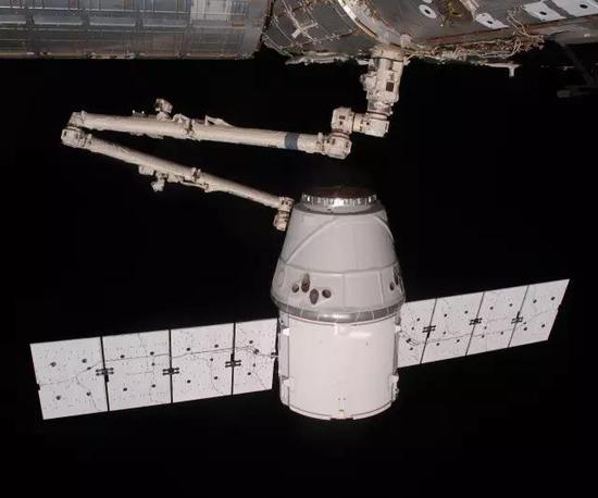 """""""国际空间站""""上的加拿大机械臂-2捕获载货型""""龙""""飞船,图片来源作者"""