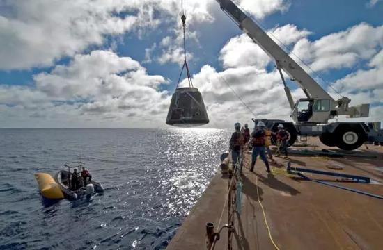 """在海上回收""""龙""""飞船,图片来源作者"""