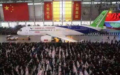 2015年11月2日,我国自主研制的C919大型客机首架机,在中国商飞公司新建成的总装制造中心浦东基地厂房内正式下线。新华社记者丁汀摄