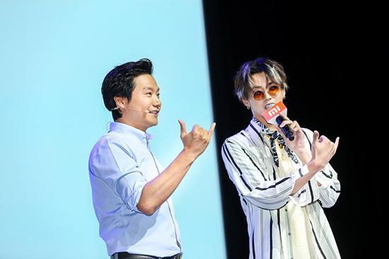 7月26日,小米新产品发布会上,雷军和小米代言人吴亦凡。