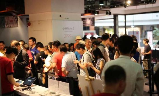 """市民排队在""""小米之家""""购买小米产品。小米供图"""