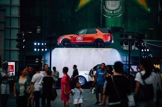 ▲路虎全新一代发现水瀑创意巡展亮相上海新天地。