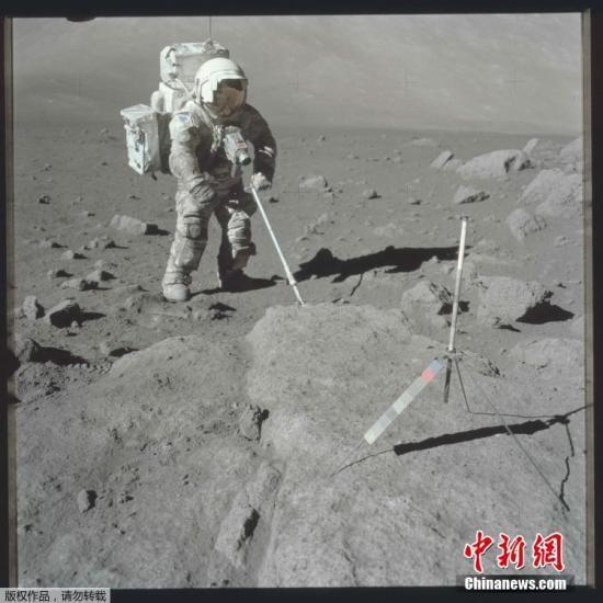 资料图:1972年12月12日,阿波罗17任务中,科学家宇航员哈里森・H・施密特利用样勺进行岩石采样。
