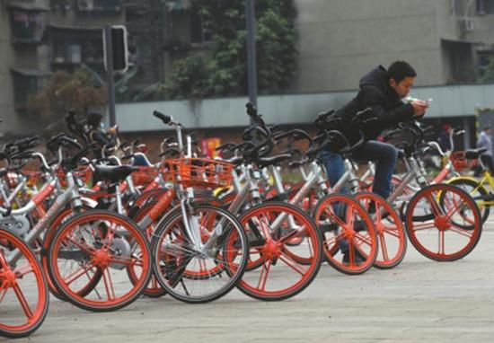 路边停放的共享单车与行人抢道。华西都市报图