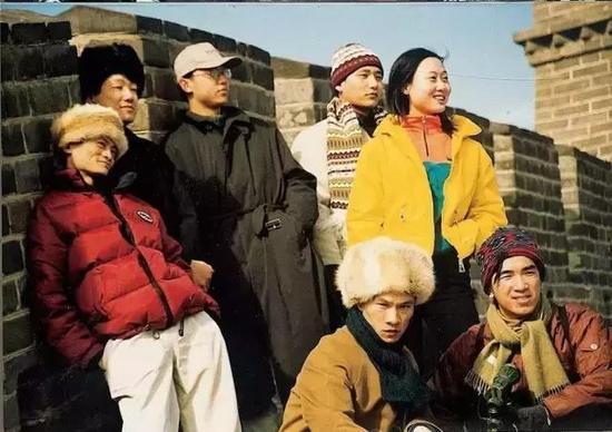 1998年,马云和阿里巴巴部分创始人在长城上留影。图片来源于网络