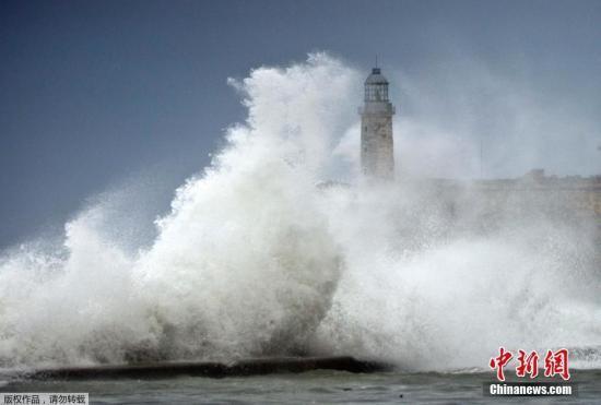 """当地时间9月10日,飓风""""艾尔玛""""在古巴哈瓦那掀起巨浪。"""