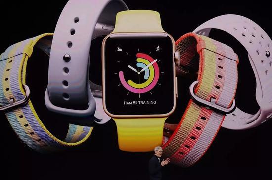 发布会上,库克在展示Apple Watch。@视觉中国