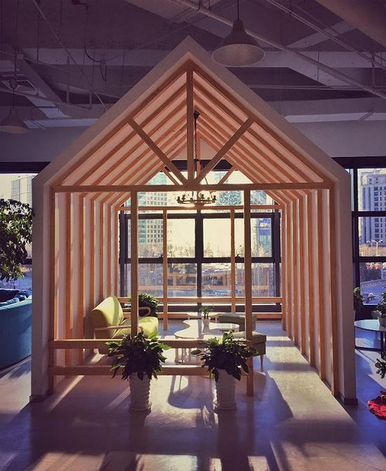 开放办公环境中具有一定私密性的空间