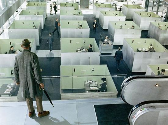 """1967年的电影《玩乐时间》呈现的""""车间型""""办公室画面"""