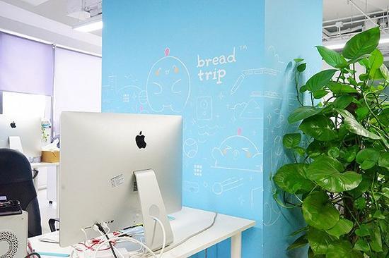 """办公室的立柱上是员工亲手画上去的""""面包旅行""""吉祥物"""