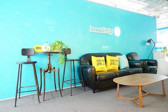 面包旅行办公室内很有纪念意义的LOGO墙