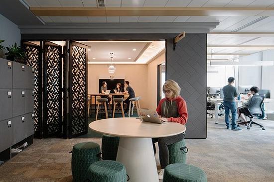 参照胡同设计的墙壁以及中式元素的屏风/图片来源:KhooGuoJie,StudioPeriphery