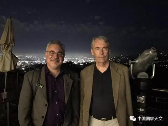米歇尔・布兰克(右)与斯科特・埃奇顿(Scott Edgington)在格里菲斯天文台的露台上,埃奇顿是卡西尼-惠更斯任务的副项目科学家(NASA / JPL)