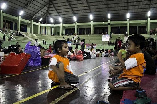 撤离阿贡火山危险区域的人们暂时住在一个体育馆内。来源:东方IC