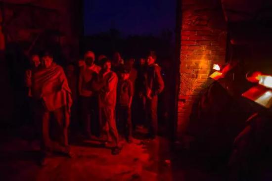 ▲Fateh Nagla村里的人们聚集在村长的家里开会光源来自一辆拖拉机(图片来源:彭博社)
