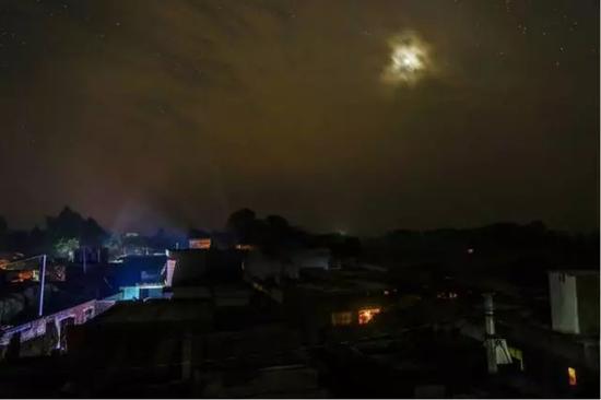 ▲Fateh Nagla全村只有15户通电(图片来源:彭博社)