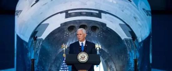 图丨彭斯在航天飞机前发表演讲