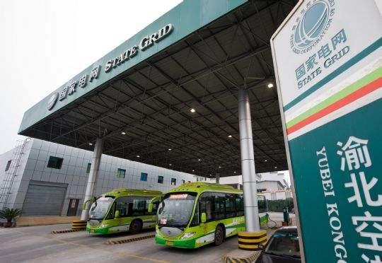 两辆快速充电巴士在渝北空港电动客车专用充换电站内充电 新华社 图