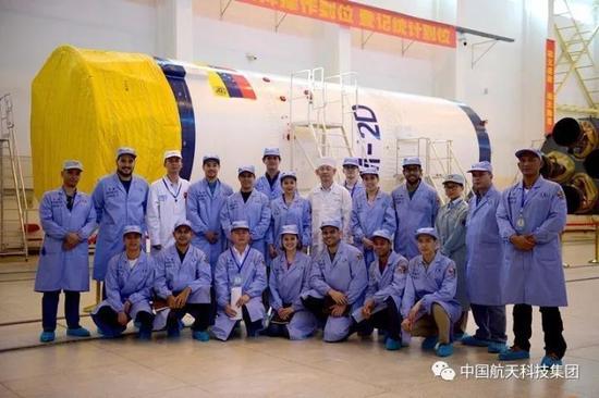 中委双方技术人员与长二丁火箭合影(周子玺 摄)