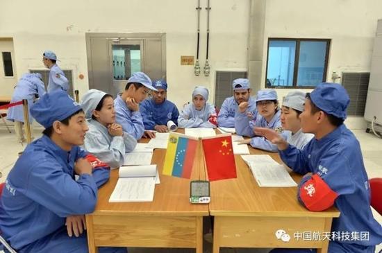 中委双方技术人员开会讨论(南勇 摄)