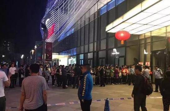 9月27日晚,在通州万达广场,要求退还押金和充值的用户排起了长龙,维护秩序的警察不得不拉起警戒线