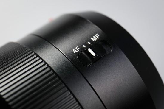 镜头没有手动光圈环和光线防抖,镜身上只有AF/MF切换钮,这或许是出于轻量化的考虑吧