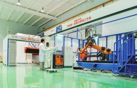 """机器人正在焊接""""人造太阳""""核心部件""""第一壁""""设备。(受访单位供图)"""