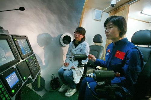 图为中国航天员在模拟室内练习空间交会对接技术。中国航天科技集团公司供图