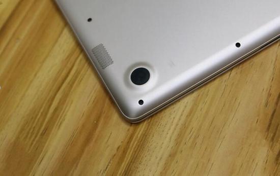 左右两侧位置对称的是两个扬声器