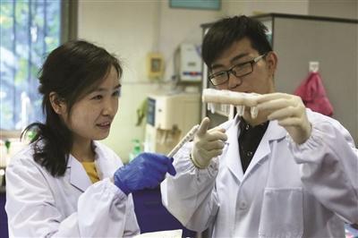 研究人员在进行滴血实验。新华报业视觉中心记者 刘莉 摄