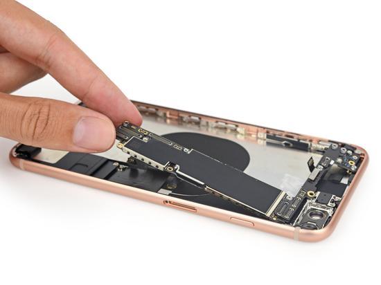 (iPhone 8 拆解图,图片来源:iFixit)