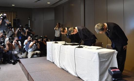 (因丑闻道歉的东芝领导层,图片来源:NYT)