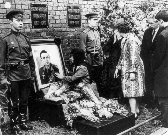 ▲悲痛的家人抚摸着科马洛夫的遗像