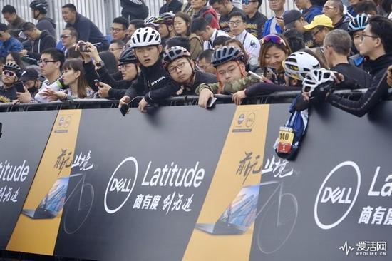 无论如何,今年的环法冠军克里斯.弗鲁姆在上海的领奖台上领到了环法奖杯,也与队友们穿上了太极功夫服,打起了太极拳。