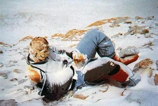 每年都会有登珠峰的人意外死去。图源:Mpora