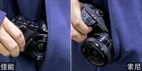 但由于镜头突起过长,索尼A6300(右)很难放入口袋里