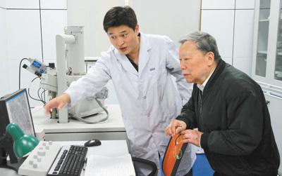 陈清如院士(右)在指导实验。资料图片