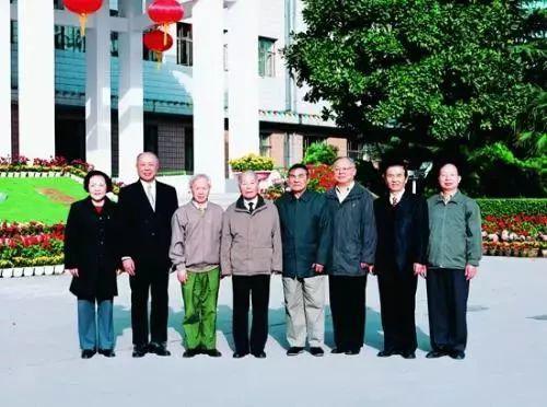 ▲研究所的院士们,左四为程开甲院士。
