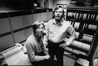 微软创始人比尔・盖茨(左)与保罗・艾伦1981拍摄照片