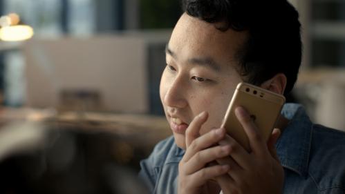 """《伴你前行》视频截图:视障工程师用读屏软件""""看""""手机"""
