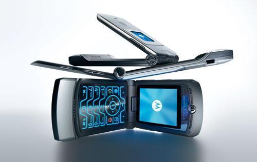 摩托罗拉V3是那个时代手机的典范,双彩屏设计在那时很酷炫